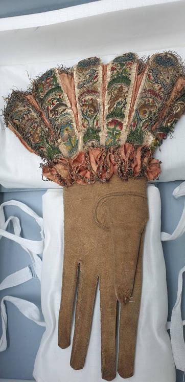 1580 silk embroidered glove